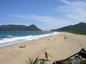 Morro das Pedras beach on the island of Santa Catarina, Florianopolis. (From Wiki Commons)