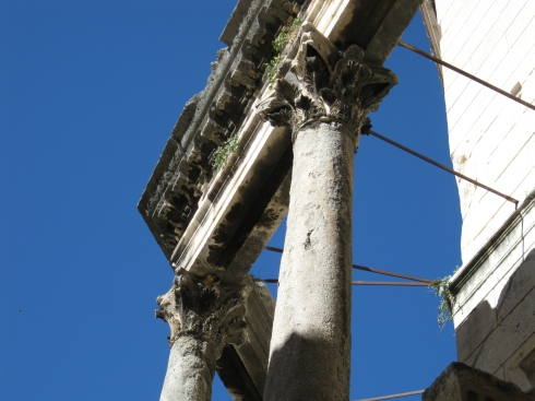 Looking up at the detail in the Roman columns at the center of the palace.